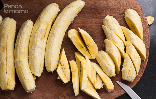 the first thing was to figure out how to cut the wedges. I made diagonal cuts of the bananas (as you see there on the left), then the put those on their flat side and cut in half (as you see in the middle). Et Voila! Plantain Wedges! \(^_^)/